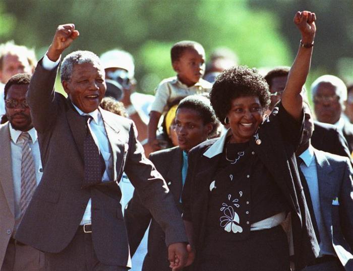 Mandela y su mujer Winnie, el día que salió de prisión.