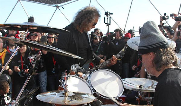 """Fotografía cedida por Coca-Cola que muestra a los integrantes de Metallica, una de las más reconocidas bandas de heavy metal del mundo, que ofreció hoy, domingo 8 de diciembre de 2013, un insólito concierto bajo cero, en los hielos de la Antártida, ante poco más de un centenar de asistentes que escucharon al grupo mediante auriculares para evitar un impacto medioambiental. """"Gracias por acompañarnos en el concierto más memorable de Metallica"""", lanzó James Hetfield, el cantante de la banda, nada más arrancar esta singular actuación, en el helipuerto de la base argentina Carlini. EFE/Coca-Cola/"""