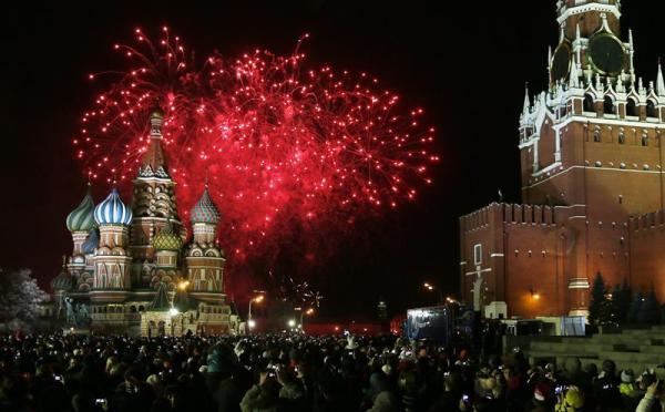 MOSCÚ (RUSIA). 01/01/2014.- Miles de personas se reúnen hoy, 1 de enero de 2014, para mirar los fuegos pirotécnicos y celebrar el Año Nuevo en la Plaza Roja de Moscú (Rusia). EFE/YURI KOCHETKOV