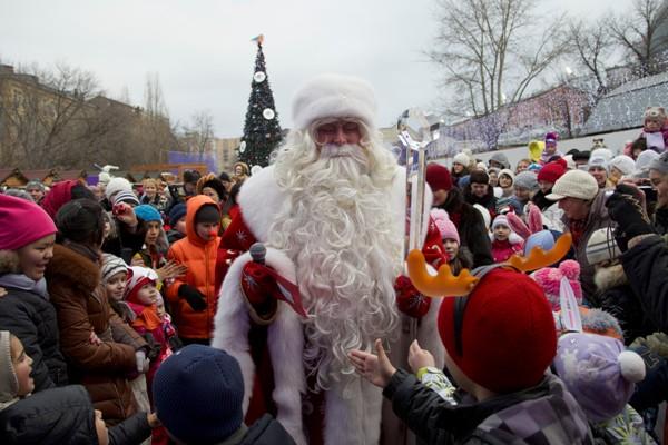 Niños rodean al Ded Moroz (El padre del invierno ruso) quien llegó al zoológico de Moscú como parte de las celebraciones de Año Nuevo en Moscú, Rusia, el miércoles 25 de diciembre de 2013. Los rusos celebran la Navidad ortodoxa el 7 de enero. (Foto AP/ Ivan Sekretarev)