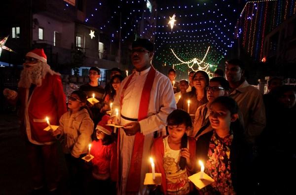 Indios cristianos sostienen velas antes de la Navidad en Ahmadabad, India, el martes 24 de diciembre de 2013. Los cristianos son una minoría muy pequeña en la India, pero la Navidad es celebrada con mucha pompa en el país. (Foto AP/Ajit Solanki)