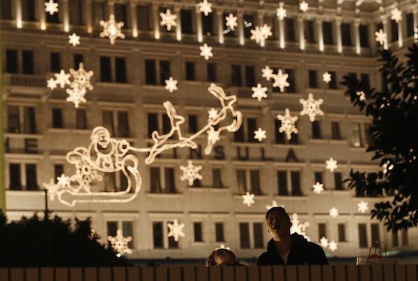 Una pareja mira los adornos de luces en Nochebuena en Hong Kong, el martes 24 de diciembre de 2013. (Foto AP/Kin Cheung)