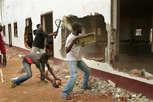Una pandilla cristiana ataca una mezquita en Bangui, en la República Centroafricana, el martes 10 de diciembre de 2013. Dos soldados franceses murieron en combate en la capital de República Centroafricana. (Foto AP/Jerome Delay)