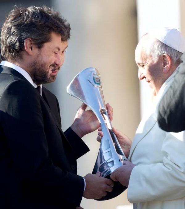 """Papa: riceve coppa da S.Lorenzo e maglia """"Francisco campeon"""""""