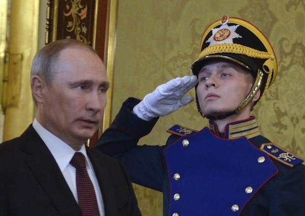 El presidente ruso Vladimir Putin, a la izquierda, va al encuentro de su homólogo ucraniano Viktor Yanukovych en Moscú, el martes 17 de diciembre de 2013. El parlamento ruso aprobó de manera preliminar el martes una amnistía que podría abarcar a las cantantes encarceladas de la banda punk Pussy Riot. (AP Foto/Alexander Nemenov, pool)