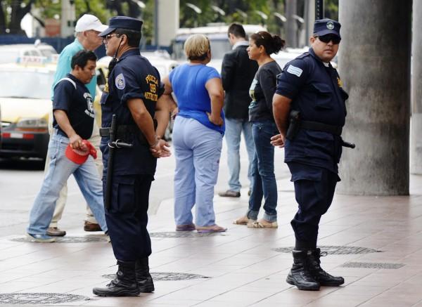 Guayaquil 5 de Diciembre del 2013. Paúl Ponce, fiscal provincial del Guayas, ordenó de oficio una indagación previa por los incidentes entre los policías metropolitanos y civiles, ocurridos ayer al mediodía en la Plaza de la Administración, junto al Municipio de Guayaquil. Foto: Marcos Pin /API