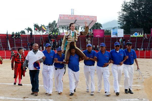 """TAMBILLO (ECUADOR).- El torero mexicano Arturo Saldivar saluda tras cortar tres orejas ayer, martes 3 de diciembre de 2013, durante su corrida en el cuarto día de la Feria de toros """"Jesús del Gran Poder"""" en la localidad de Tambillo, al sur de Quito (Ecuador). EFE/José Jácome"""