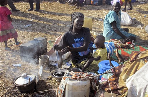 Desplazados albergados en un conjunto de la ONU reciben asistencia del Programa Mundial de Alimentos en Bentiu, Sudán del Sur en una fotografía del 22 de diciembre de 2013 prorcionada por la Misión de la ONU en Sudán del Sur el lunes 23 de diciembre de 2013.  Estados Unidos movilizó a marines adicionales y aeronaves desde España al cuerno de África para dar seguridad en embajadas y ayudar a evacuaciones desde el violento Sudán del Sur. (AP Photo/UNMISS, Anna Adhikari)