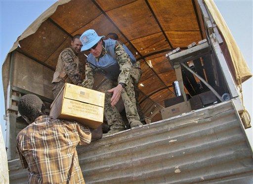 Integrantes de la Misión de Naciones Unidas en Sudán del Sur distribuyen alimentos del Programa Mundial de Alimentos en una fotografía del 22 de diciembre de 2013 para refugiados en el conjunto de la ONU en Bentiu, Sudán del Sur.  Estados Unidos movilizó a marines adicionales y aeronaves desde España al cuerno de África para dar seguridad en embajadas y ayudar a evacuaciones desde el violento Sudán del Sur.