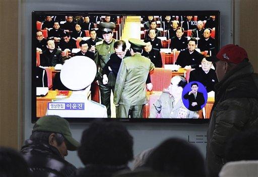 Varias personas miran el lunes 9 de diciembre un noticiero de televisión en la estación de ferrocarriles de Seúl, Corea del Sur, que muestra a Jang Song Thaek (centro), tío del líder norcoreano Kim Jong Un, cuando lo arrestan durante una reunión de emergencia del Comité Central del Partido de los Trabajadores en Pyongyang un día antes. (Foto AP/Ahn Young-joon)
