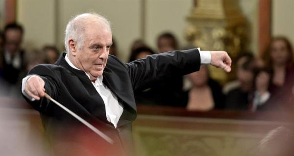 VIENA (AUSTRIA) 01/01/2014.- El argentino-israelí Daniel Baremboim dirige a la Orquesta Filarmónica de Viena durante el tradicional concierto de Año Nuevo en el Musikverein de Viena (Austria), hoy, miércoles 1 de enero de 2014. EFE/Herbert Neubauer
