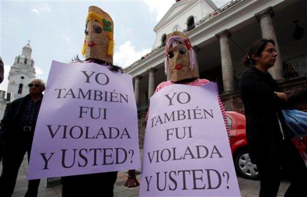 Dos mujeres en el Día de la No Violencia Contra la Mujer en Quito en noviembre del 2013. (AP Photo/Dolores Ochoa)