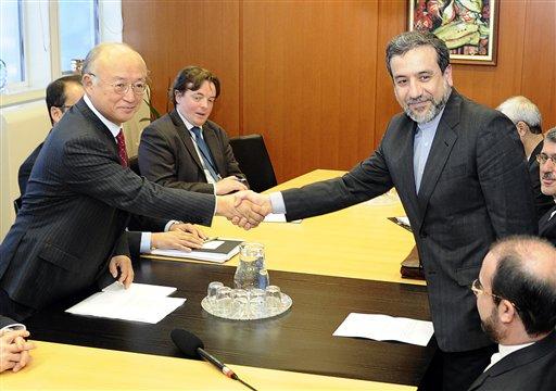 En esta fotografía de archivo del 28 de octubre de 2013, el vicecanciller iraní Abbas Araghchi, derecha, estrecha la mano de Yukiya Amano, director general de la Agencia Internacional de Energía Atómica antes de una reunión en el Centro Internacional en Viena, Austria. El jueves 9 de enero de 2014 se efectuaba una reunión en Ginebra sobre el mismo tema del programa nuclear iraní. (Foto AP/Hans Punz, archivo)