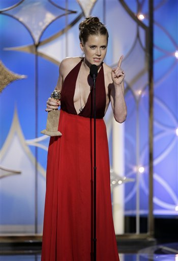 """En esta imagen difundida por NBC, Amy Adams acepta el Globo de Oro a la mejor actriz en una película musical o de comedia por su papel en """"American Hustle"""", el domingo 12 de enero del 2014 en el hotel Beverly Hilton en Beverly Hills, California. (AP Foto/NBC, Paul Drinkwater)"""
