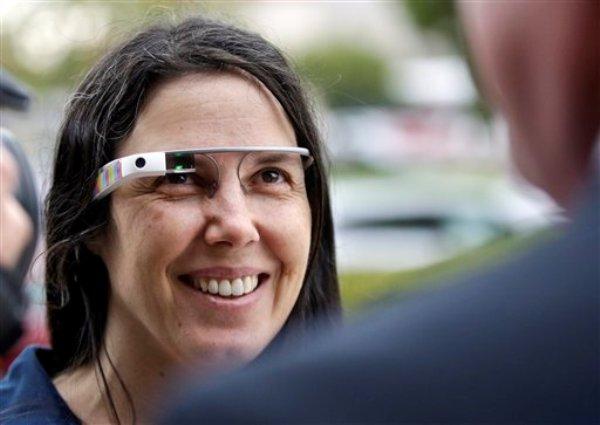 Cecilia Abadie usa sus Google Glass al hablar con su abogado afuera de una corte el 3 de diciembre de 2013, en San Diego. Un tribunal de California desechó un citatorio para la mujer por utilizar sus gafas computarizadas mientras conducía, el jueves 16 de enero de 2014. El caso es un precedente para las leyes y el uso de la tecnología. (Foto AP/Lenny Ignelzi, Archivo)