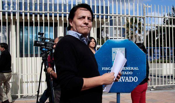 QUITO  3 DE ENERO DEL 2014. Fernando Villavicensio acudio a la fiscalia general deñl estado acomapañado de su abogado Ramiro Garcia. FOTOS API / JUAN CEVALLOS.
