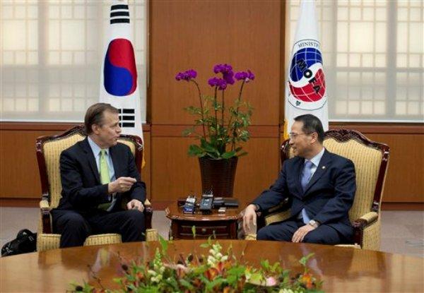 Glyn Davies, representante especial de Estados Unidos para la política sobre Corea del Norte, izquerda, conversa con el viceministro de Relaciones Exteriores de Corea del Sur Kim Kyou-hyun, el miércoles 29 de enero de 2014, en Seúl. (Foto AP/Ed Jones, Pool)