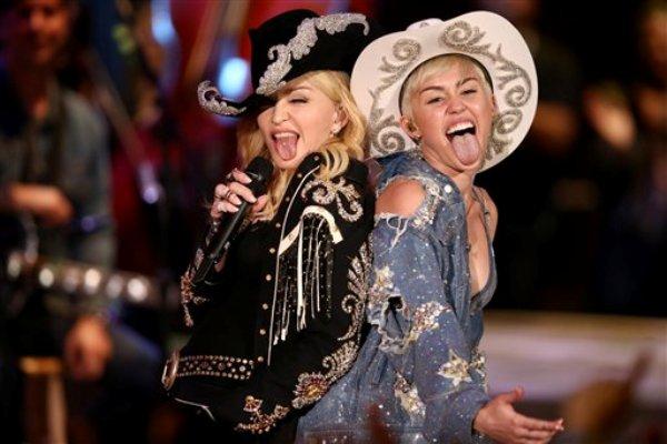 """Miley Cyrus canta con Madonna durante su """"MTV Unplugged"""" el martes 28 de enero del 2014. El espectáculo se transmitía por la cadena televisiva de música el miércoles. (AP Foto/Sandy M. Cohen)"""