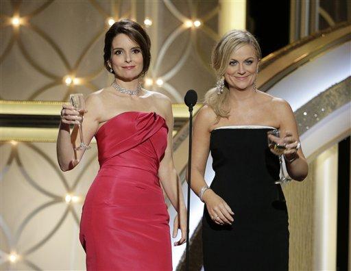 En esta imagen difundida por NBC, Tina Fey, a la izquierda, y Amy Poehler como anfitrionas de los Globos de Oro, el domingo 12 de enero del 2014 en el hotel Beverly Hilton en Beverly Hills, California. (AP Foto/NBC, Paul Drinkwater)