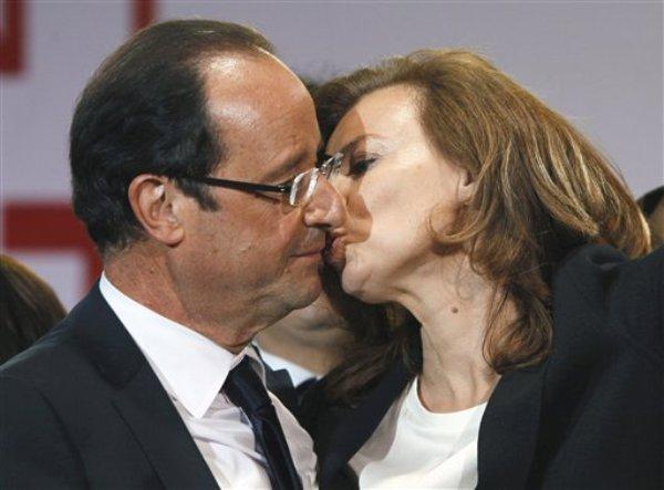 El presidente francés Francois Hollande besa a Valerie Trierweiler tras recibir a las multitudes reunidas para celebrar su victoria en las elecciones en la Plaza de la Bastilla, en París, en una fotografía del 6 de mayo de 2012. (Foto AP/Francois Mori, archivo)
