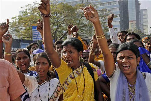 Activistas indios de una organización llamada Dalit Cobra en una protesta frente al consulado estadounidense en Mumbai, India, el martes 7 de enero del 2014. (Foto AP/Rajanish Kakade)