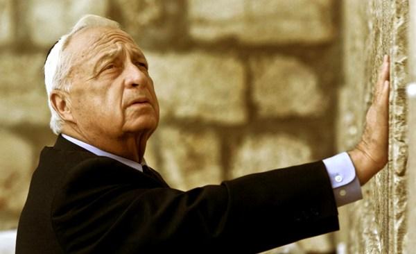 Ariel Sharon, como primer ministro electo, toca el lugar más sagrado del judaísmo, el Muro de las Lamentaciones, en Jerusalén, el miércoles 7 de febrero de 2001. Sharon murió a los 85 años, el sábado 11 de enero de 2014. (AP Foto/David Guttenfelder)