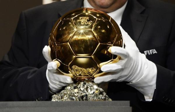 Un empleado de la FIFA coloca el trofeo del Balón de Oro en Zúrich, Suiza, el 13 de enero del 2014. EFE/Steffen Schmidt