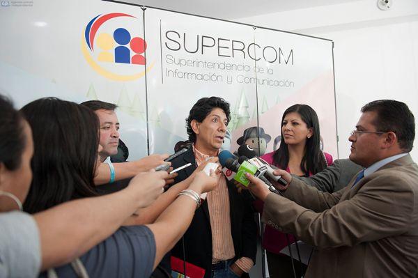 Quito, 21 de enero del 2014. Xavier Bonilla (BONILL) junto con su abogado Ramiro Garcia acudieron a la SUPERCOM para presentar un escrito en el que se explica la caricatura referente aL allanamiento a la casa de Villavicencio. APIFOTO/CPAISAJE