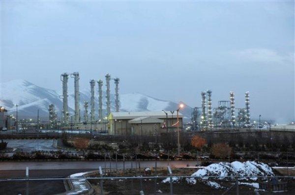 La instalación nuclear de agua pesada de Irán, cerca de la ciudad de Rak, en el centro del país, con las montañas en el fondo, en esta imagen del 15 de enero de 2011. Irán y las potencias mundiales pondrán en marcha el 20 de enero un acuerdo provisional que tendrá vigencia de seis meses sobre el programa atómico de Teherán. (AP Foto/ISNA, Hamid Foroutan)
