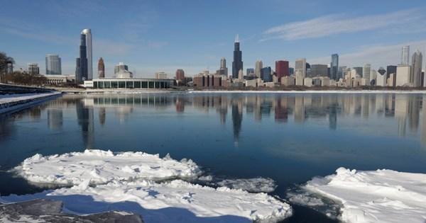 Hielo flotando en el Lago Michigan el viernes 3 de enero de 2014 en Chicago.Los habitantes de la zona centro-norte se preparan para una ola de aire frío que hará descender la temperatura significativamente. (Foto AP/M. Spencer Green)