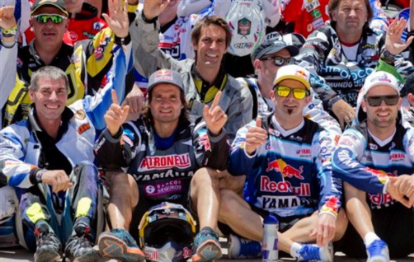 El francés Cyril Despres (segundo a la derecha) y el argentino Marcos Patronelli (segundo a la izquierda) posan previo a la largada simbólica del Rally Dakar Sudamérica el sábado 4 de enero de 2014. (AP Foto/Victor R. Caivano)