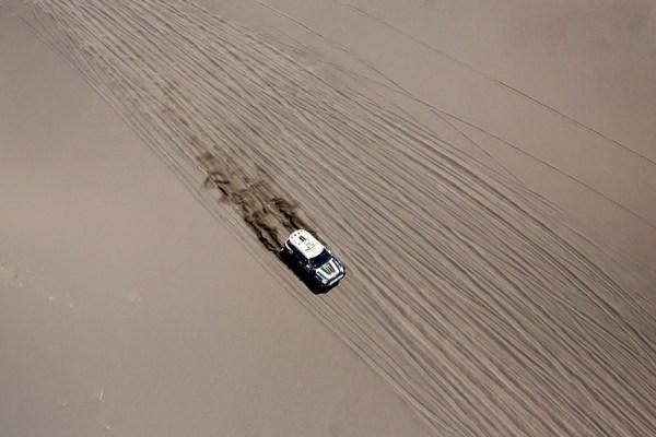 El francés Stephane Peterhansel (Mini) durante la segunda etapa del Rally Dakar entre las ciudades de San Luis y San Rafael el lunes 6 de enero de 2014. (AP Foto/Victor R. Caivano)
