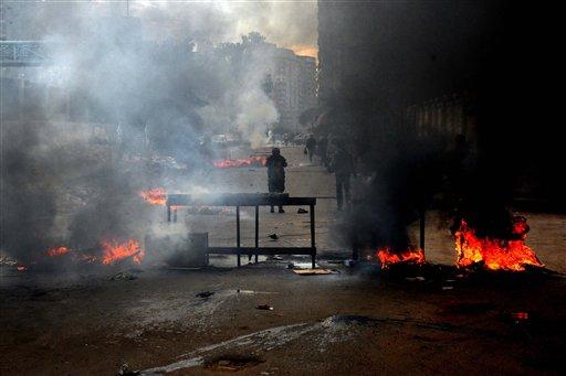 Esta fotografía muestra columnas de humo durante los enfrentamientos entre los simpatizantes del presidente derrocado Mohamed Morsi y las fuerzas de seguridad en Alejandría, Egipto, el viernes 3 de enero de 2014. Los enfrentamientos se extendieron a zonas residenciales densamente pobladas en varias ciudades y provincias, incluidas El Cairo, Giza, Ismailia y Alejandría. (Foto AP/Heba Khamis)