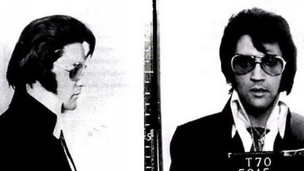 Elvis Presley fue arrestado en los años cincuenta por exceso de velocidad. Repitió esa fotografía con esta instantánea, tomada en 1970 durante su visita a las oficinas oficiales del FBI.