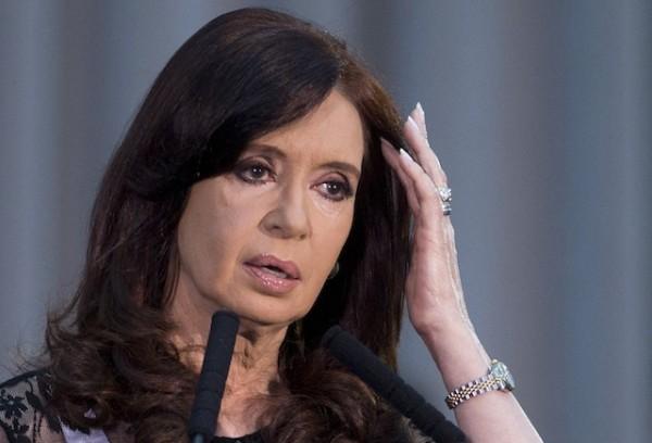 Archivo - En esta fotografía de archivo del 10 de diciembre de 2013 la presidenta de Argentina Cristina Fernández hace una pausa mientras habla en un acto en conmemoración de los 30 años desde el regreso de la democracia en Buenos Aires, Argentina.  (AP foto/Victor R. Caivano, Archivo)