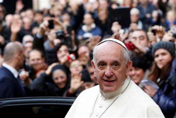 El papa Francisco sale de la Iglesia de Jesús en Roma tras celebrar misa con jesuitas por su fiesta titular el viernes 3 de enero de 2014. (AP Photo/Riccardo De Luca)