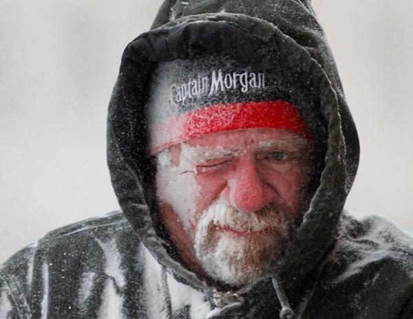 Allan Umscheid, propietario de Yards By Al en Lawrence, Kansas, siente el fuerte frío y la nieve en el rostro mientras usa su barredoras de nieve a primeras horas del domingo 5 de enero de 2014. (Foto AP/The Journal-World, Mike Yoder)