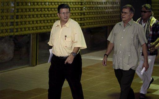 Los miembros de la guerrilla Fuerzas Armadas Revolucionarias de Colombia (FARC), desde la izquierda Pablo Catatumbo, Ricardo Tellez y Jesús Santrich, arriban a la continuación de las conversaciones de paz con el gobierno de Colombia en La Habana, Cuba. (AP foto/Franklin Reyes)