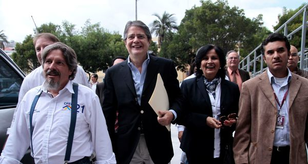 Lasso, al momento de llegar a la Asamblea Nacional, acompañado de sus seguidores. API/Juan Cevallos.