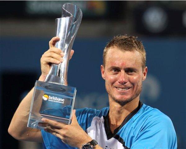 El australiano Lleyton Hewitt posa con su trofeo tras conquistar el torneo de Brisbane, en Australia, al imponerse en la final 6-1, 4-6 y 6-3 al suizo Roger Federer, el domingo 5 de junio de 2014. (AP Foto/Tertius Pickard)