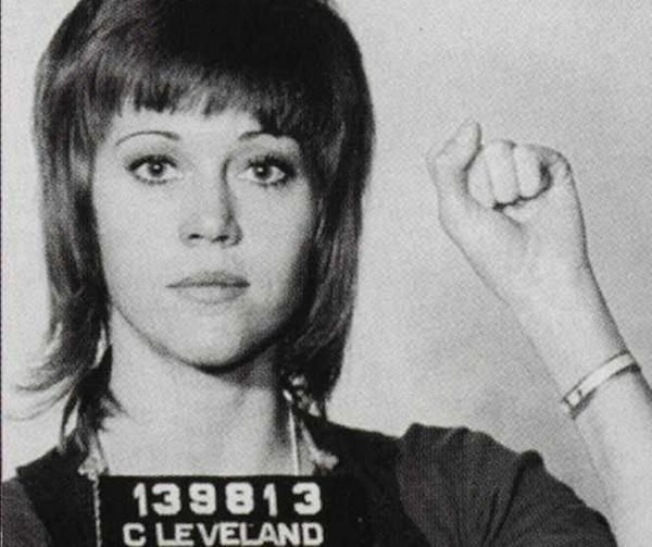 La actriz Jane Fonda fue arrestada en 1971 en el aeropuerto de Cleveland durante su viaje de camino a una manifestación pacifista en protesta por la guerra de Vietnam. La detuvieron por tráfico de drogas cuando la policía encontró entre sus cosas tres envoltorios que contenían pastillas. Estos resultaron ser sus vitaminas.