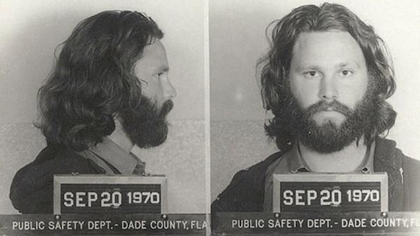 Jim Morrison. Detenido en 1970 por exhibir sus genitales al público durante un concierto.