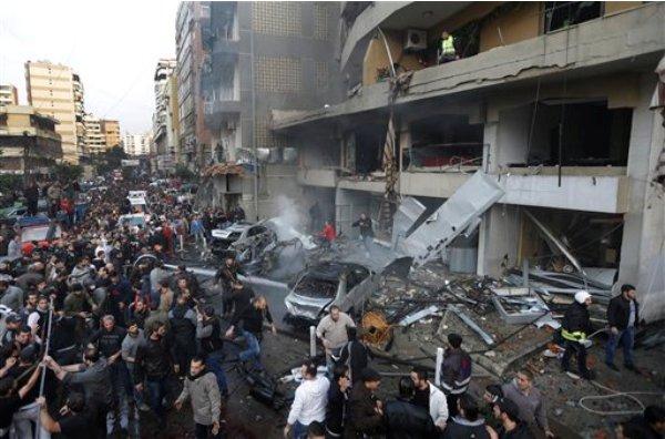Una multitud de libaneses se reúnen en el sitio donde estalló una bomba en un bastión del grupo extremista Jezbolá en un suburbio del sur de Beirut, el jueves 2 de enero de 2014. (Foto AP/Hussein Malla)