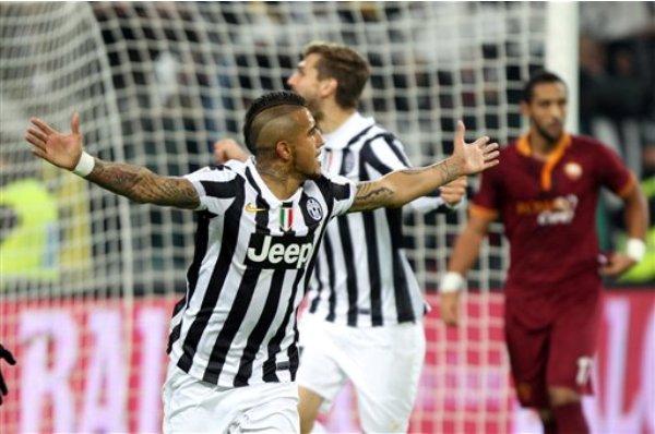 El chileno Arturo Vidal, de la Juventus, festeja su gol frente a la Roma en un partido de la Serie A italiana, el domingo 5 de enero de 2014 (AP Foto/Massimo Pinca)
