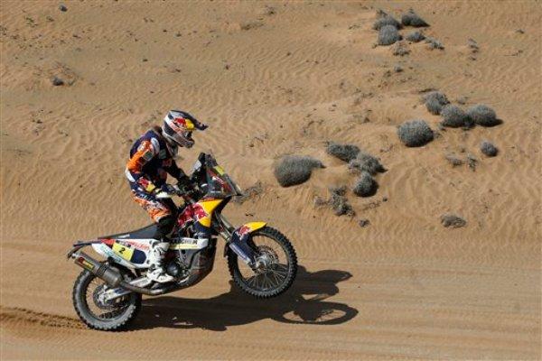 El español Marc Coma maneja su motocicleta en la 12da etapa del Rally Dakar, entre El Salvador y La Serena, Chile, el viernes, 17 de enero de 2014. Coma ganó la categoría de motos el sábado, 18 de enero. (AP Photo/Victor R. Caivano)