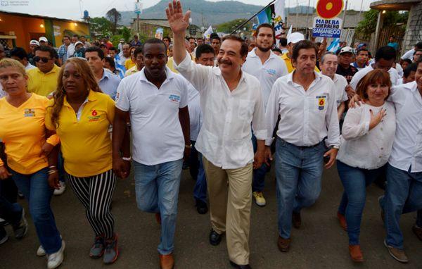 El alcalde de Guayaquil, Jaime Nebot, candidato a la reelección, recorre Monte Sinaí en el primer día de campaña electoral, hoy martes 7 de enero de 2014. API/Marcos Pin