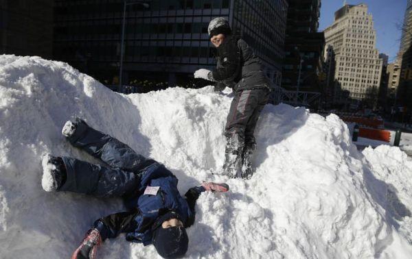 En la imagen, unos niños juegan con la nieve en la ciudad de Nueva York. SETH WENIG (AP)