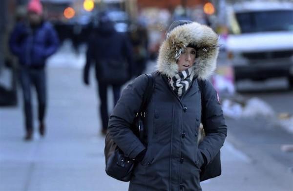 NUEVA YORK (ESTADOS UNIDOS) 07/01/2014.- Una mujer se protege del frío en Nueva York (Estados Unidos), hoy, martes 7 de enero de 2014.  EFE/Justin Lane