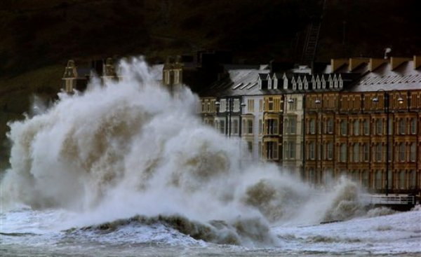 Enormes olas azotan la costa en Aberystwyth, gales, el lunes, 6 de enero del 2014. (Foto AP/PA, Dave Thompson)