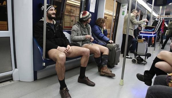 Sin pantalones, en el metro de Madrid.